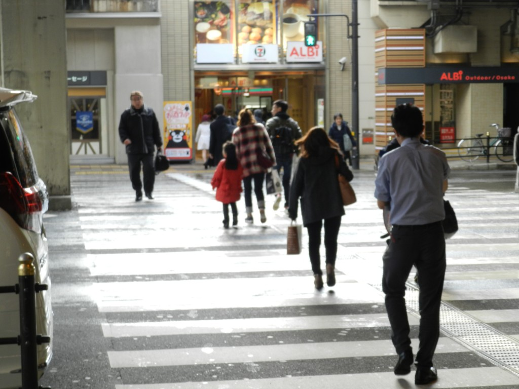桜橋口を出て横断歩道を渡る