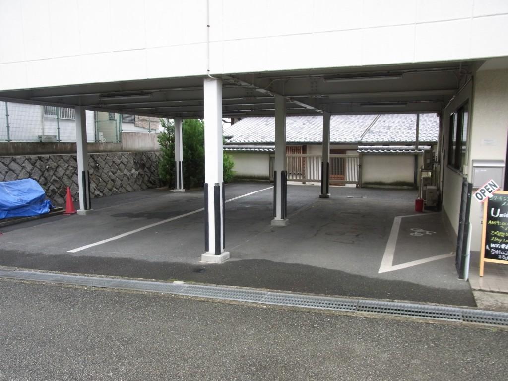 コワーキングスペースUmidassの建物下の駐車場
