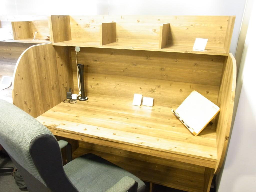 集中スペースの机
