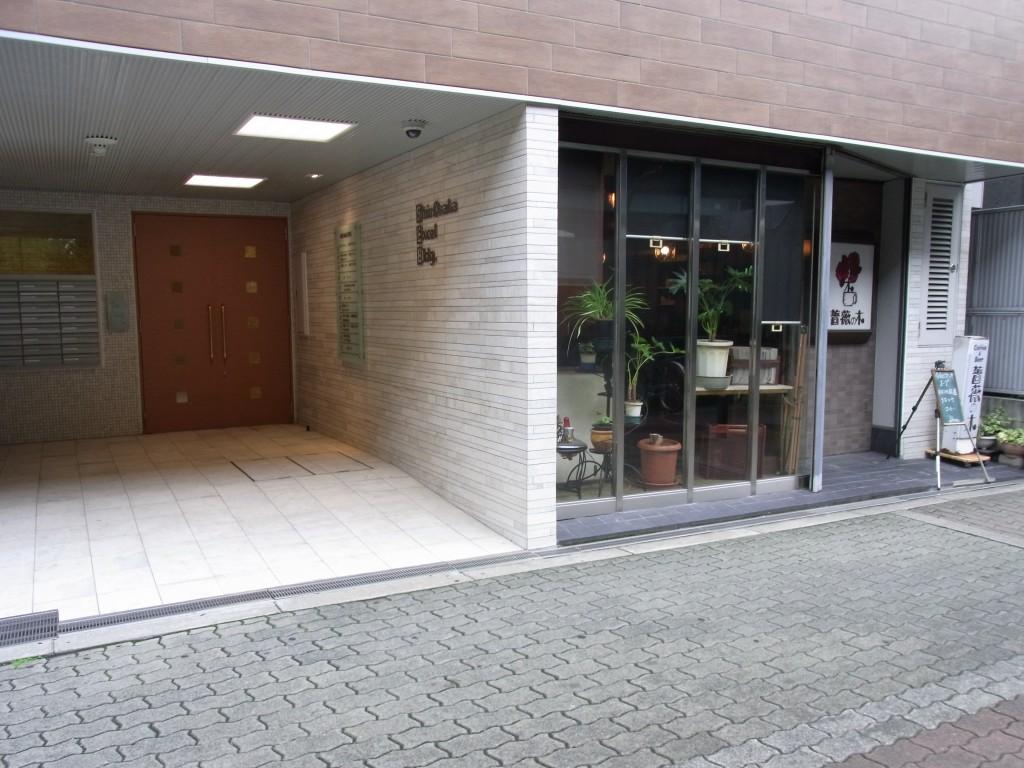 新大阪コワーキングスペース Crossingのあるビルのエントランス