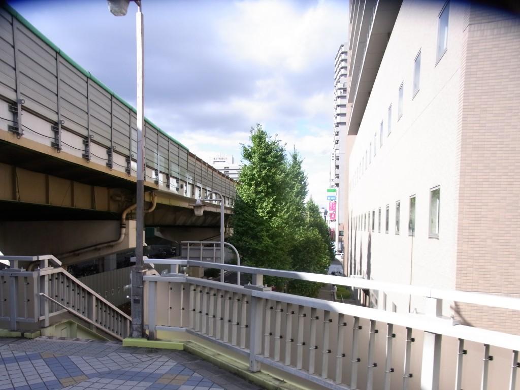 歩道橋から見えるファミリーマート