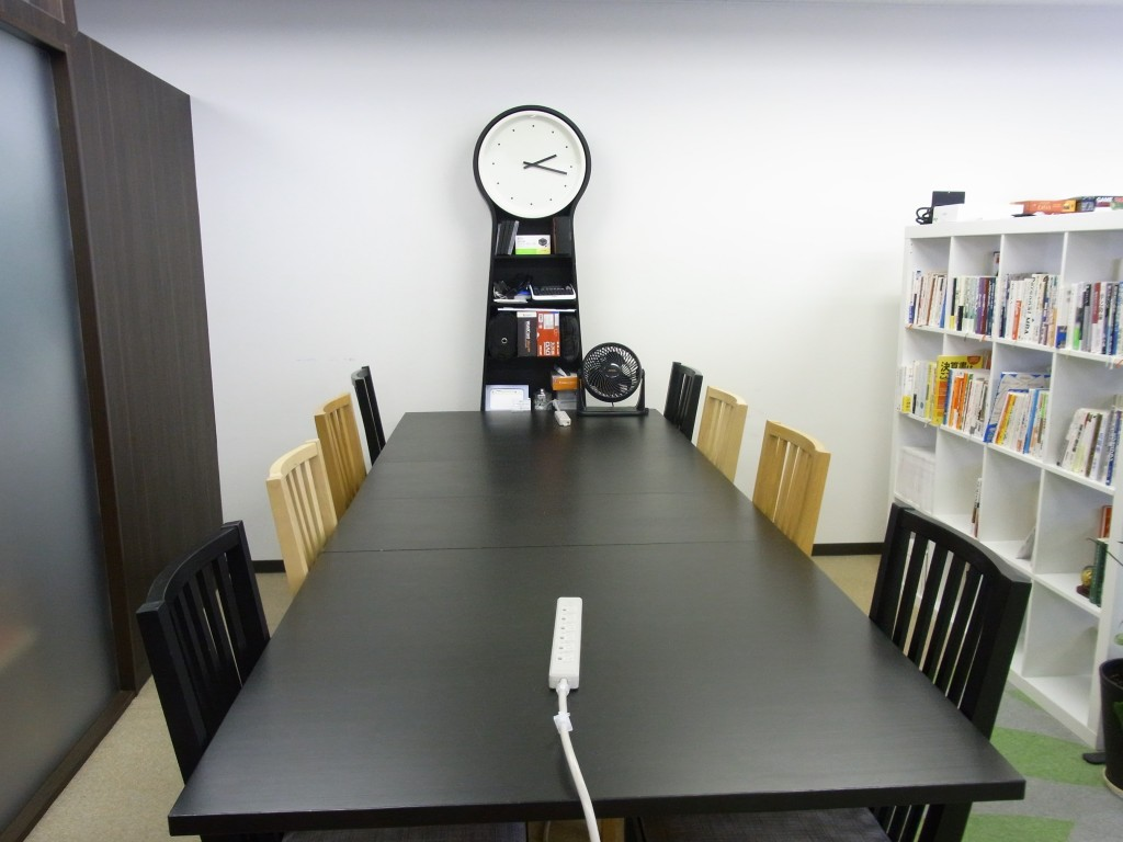 PLAY JOB の8人掛けテーブル