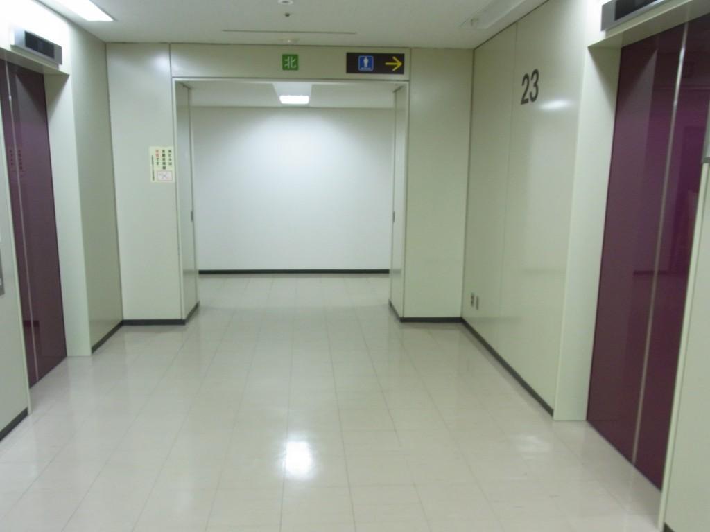 大阪駅前第4ビル23階のエレベータホール