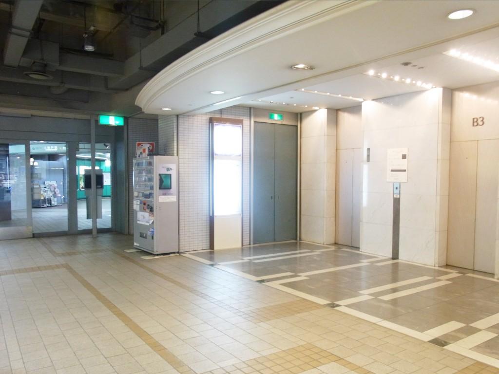 plug078へのアクセス エレベーター前