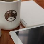カフェで仕事をするノマドワーカーのイメージ