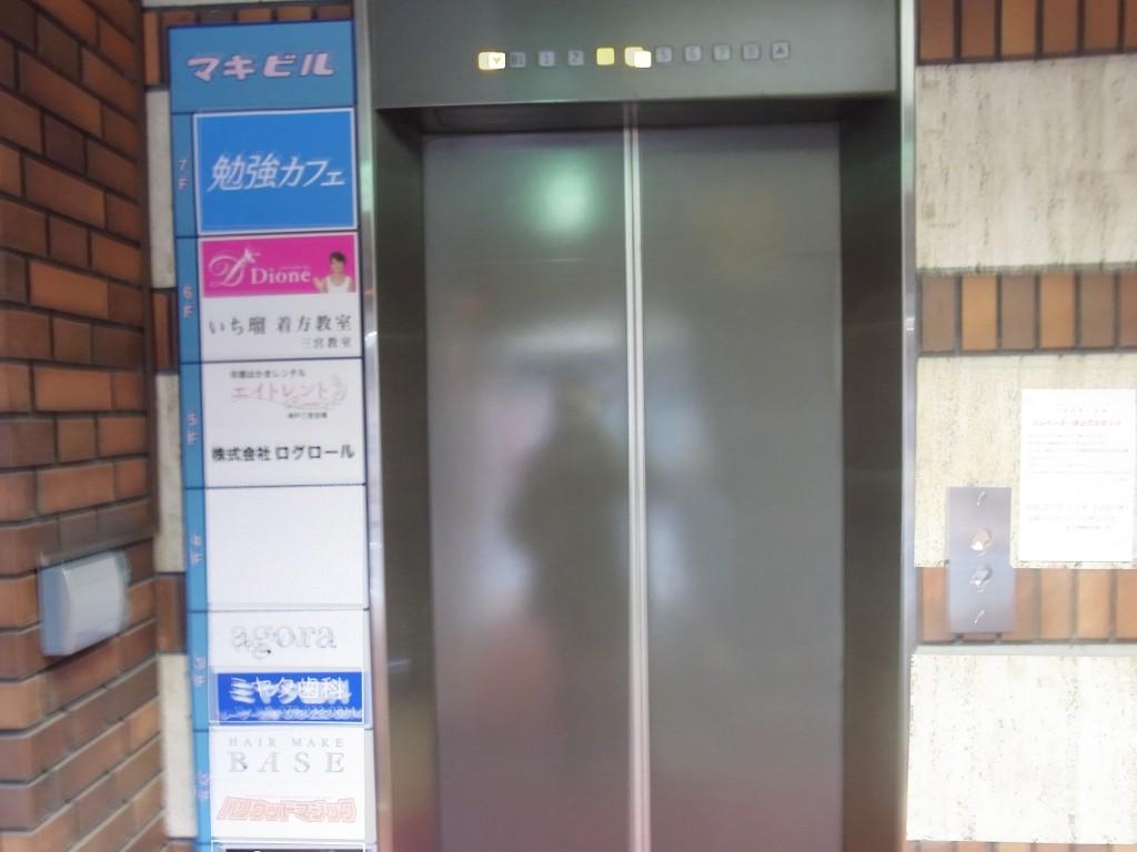 勉強カフェのあるビルのエレベータ