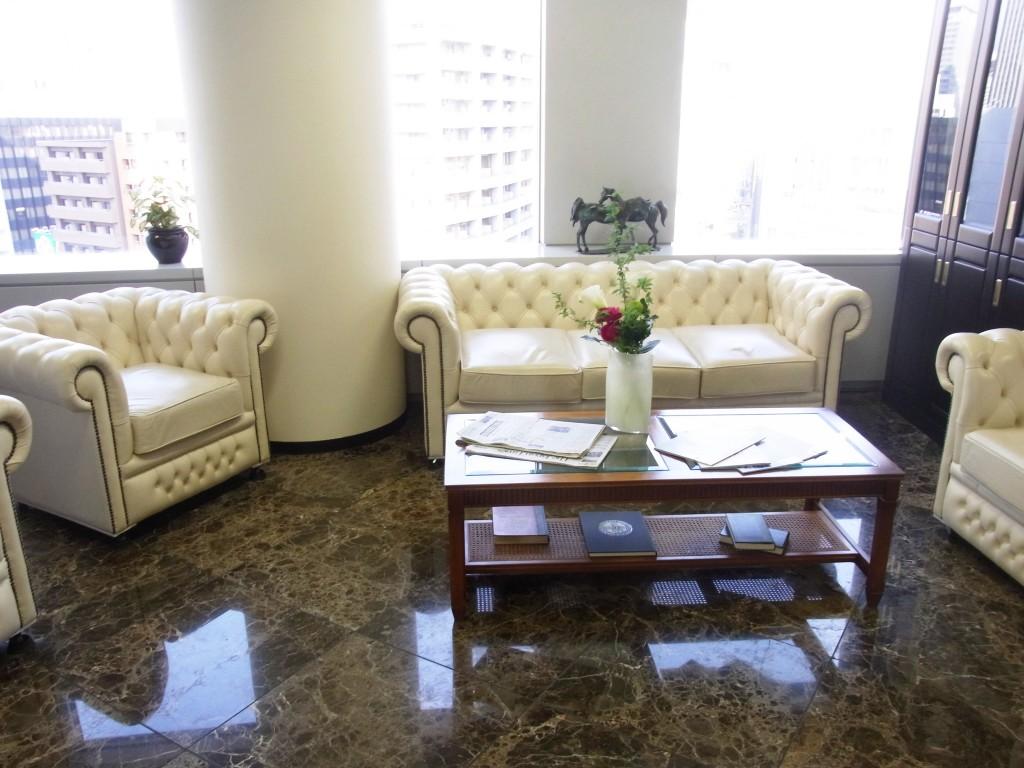 サーブコープ受付横のソファースペース