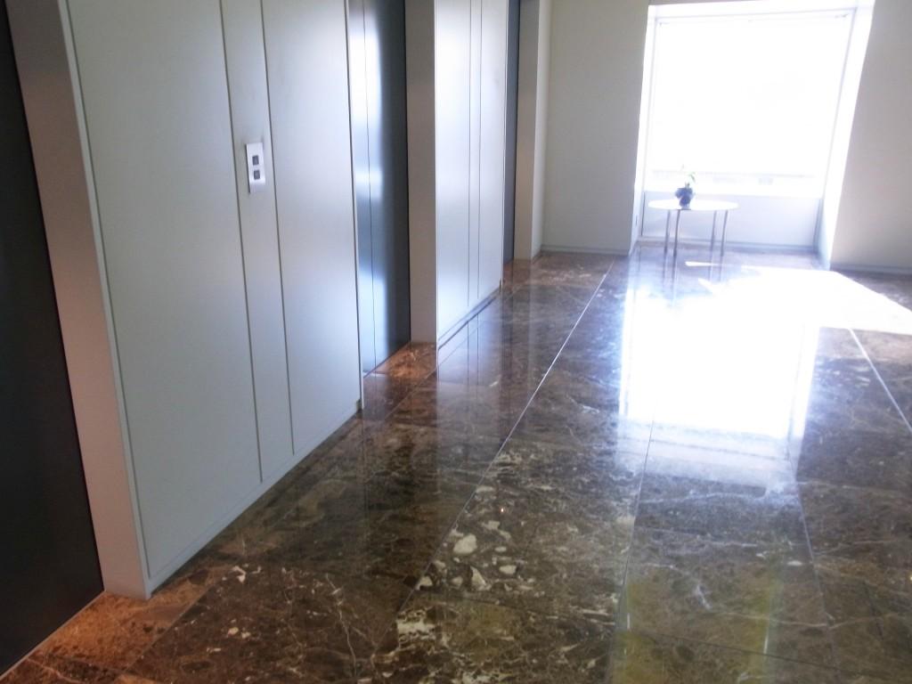 SERVCOPRのエレベーターホールの大理石