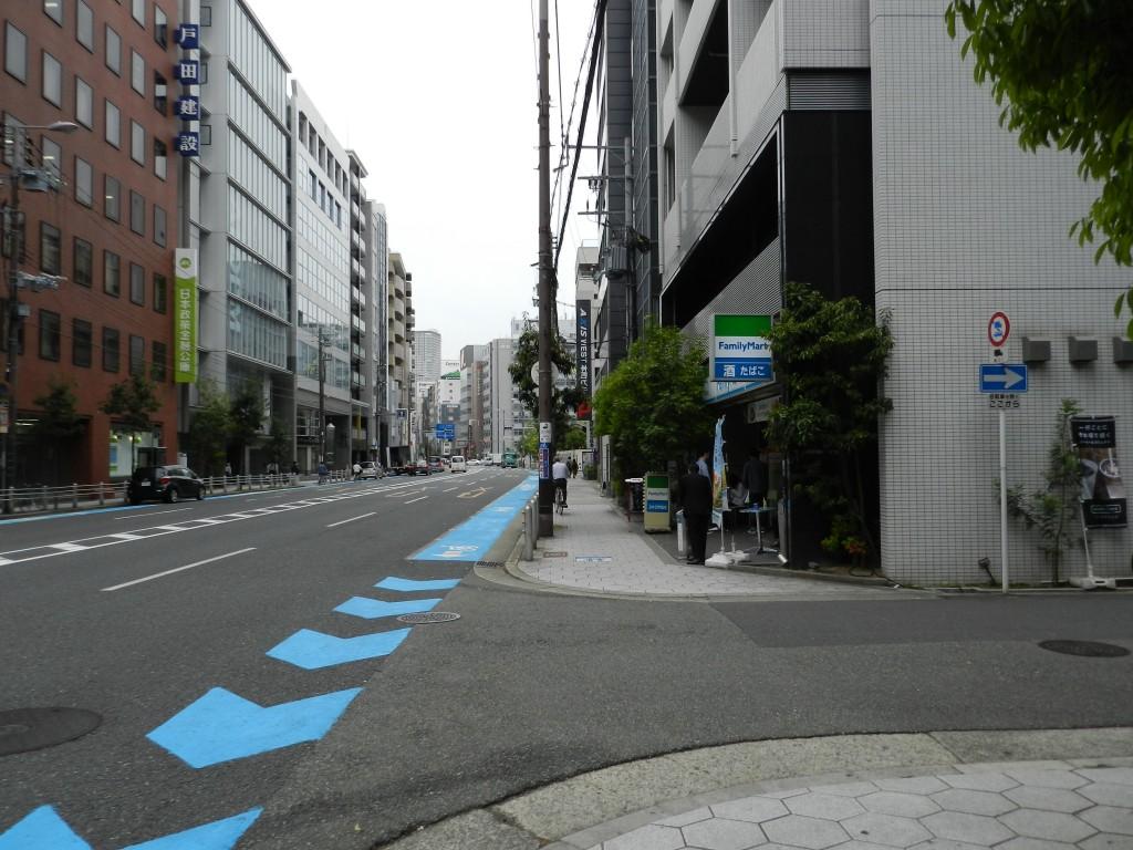 大阪クロススクエアの下にあるファミリーマート