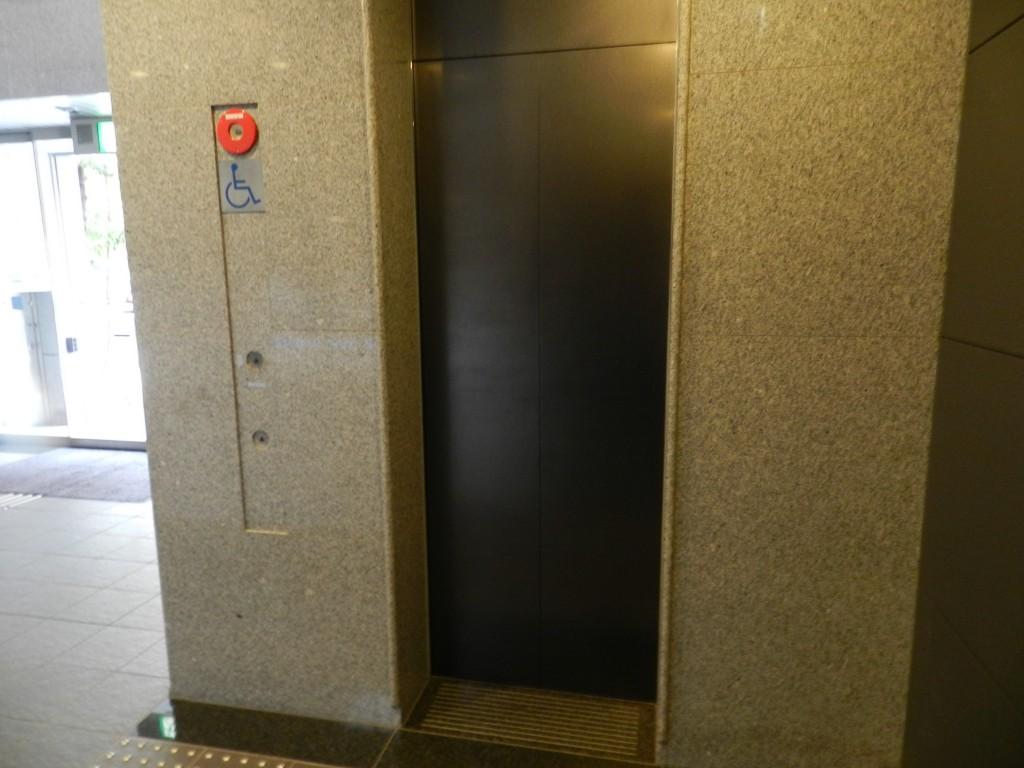 大阪クロススクエアのエレベータ
