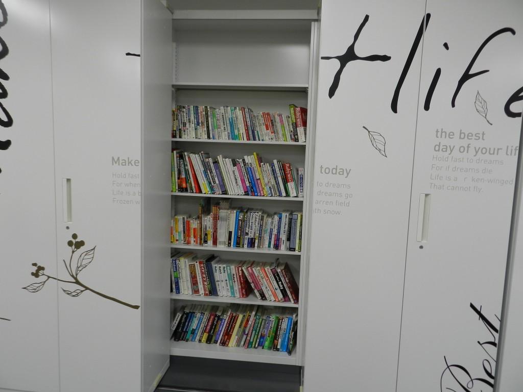 大阪クロススクエアの本棚その1