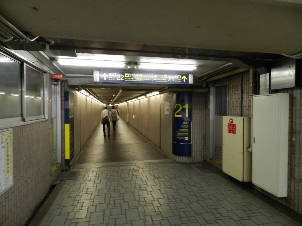 烏丸駅21番出口に向かう地下通路
