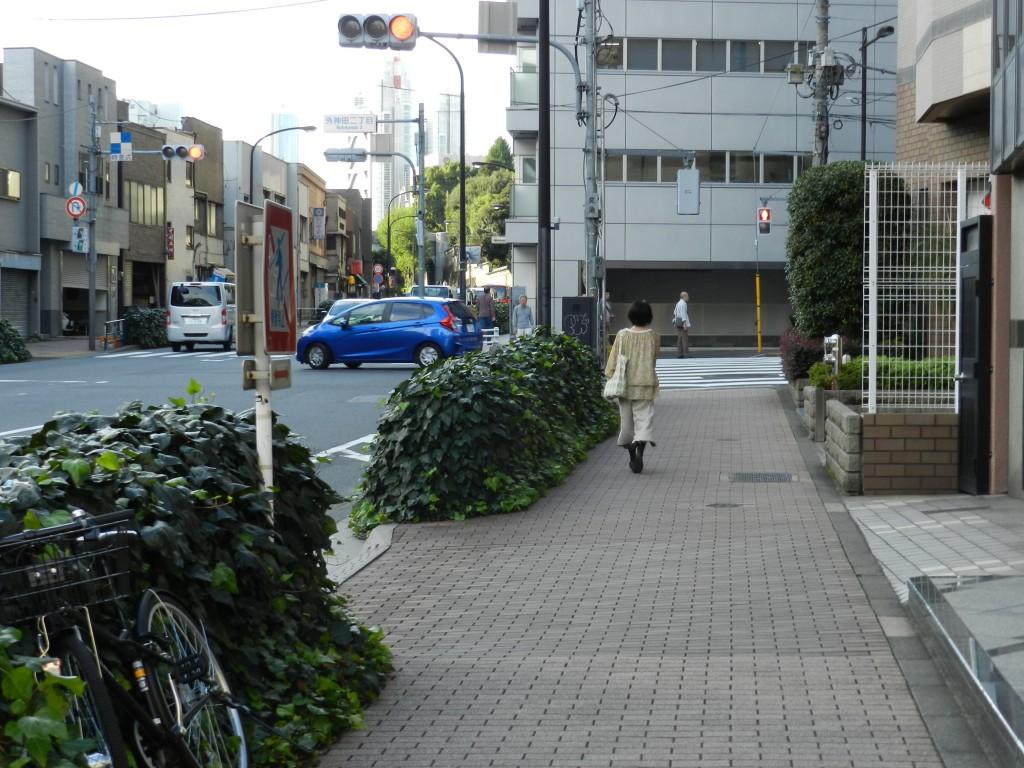 外神田二丁目をまっすぐ