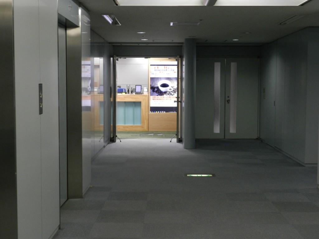 エレベーターホールからMONOが見えます。
