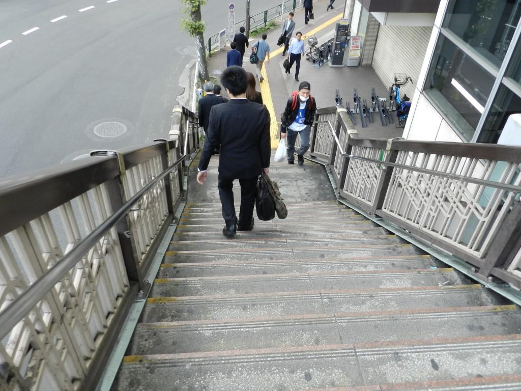 歩道橋を降りてまっすぐ進みます。