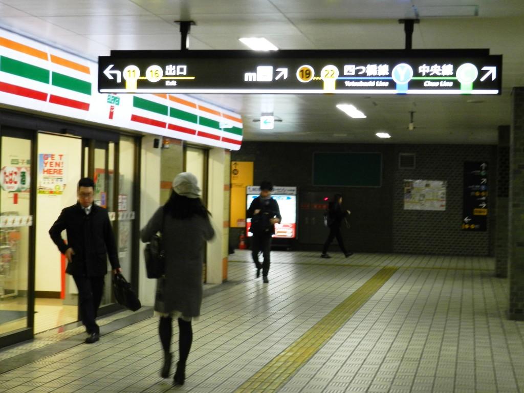 本町駅14番出口に向かう