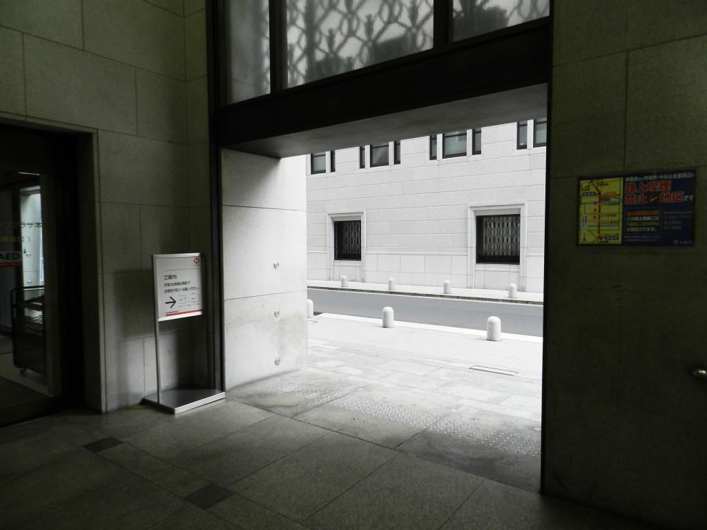 淀屋橋駅8番出口から地上に出る