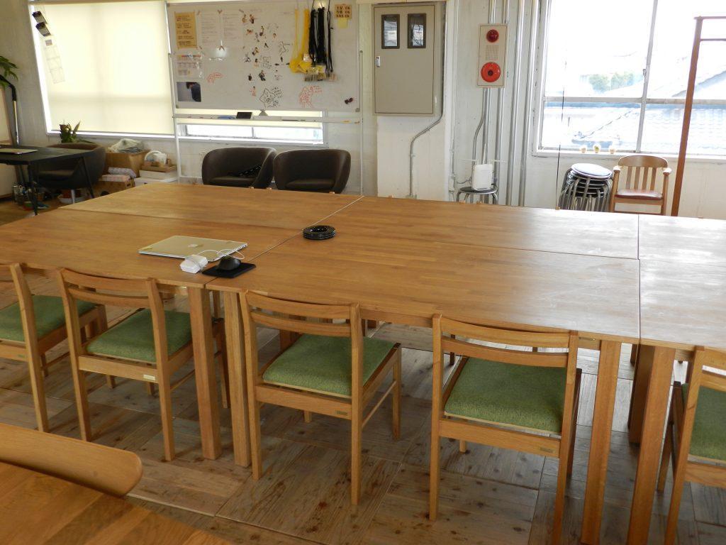 メインテーブルは小さな机をくっつけている
