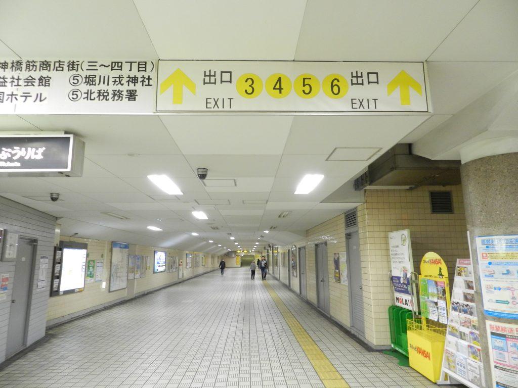 扇町駅5番出口に向かう