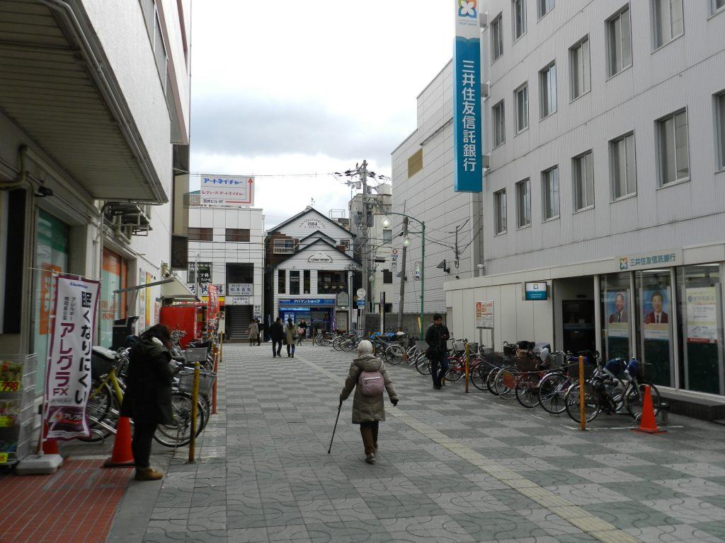 三井住友信託銀行の横を進む