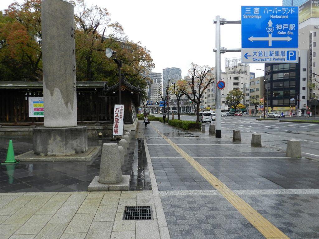 湊川神社を左手に進む