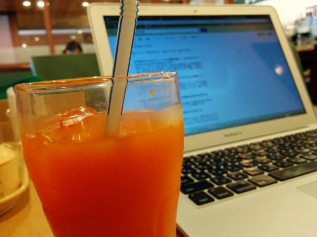 カフェ・喫茶店でパソコンを使用するならコワーキングスペースの方が断然お得