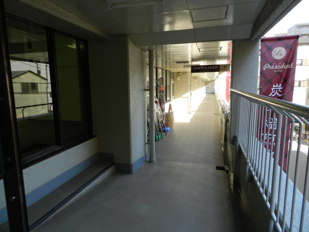階段をあがって左手に進む