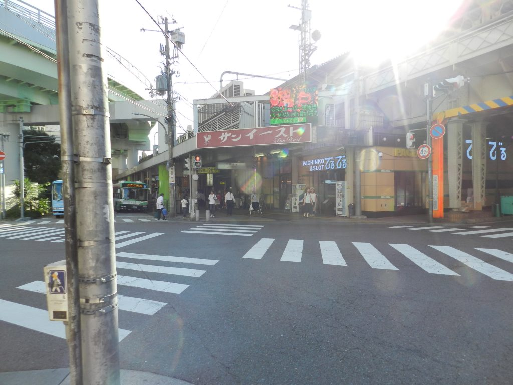 横断歩道を右斜めに渡ります。