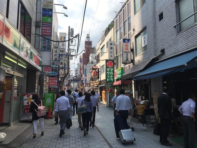神田西口商店街をとにかくひたすらまっすぐ進みます