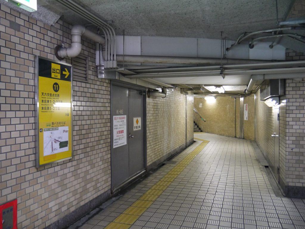 天神橋六丁目駅の地下道を進む