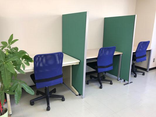 さらに奥の方には、勉強机が3つあるので、勉強する場所が欲しいという方にもオススメです。