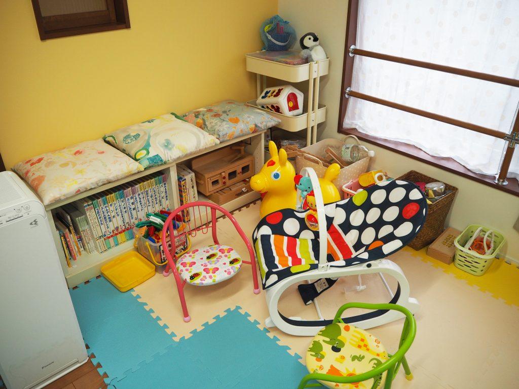 バウンサーや、小さな椅子、絵本、おもちゃなど