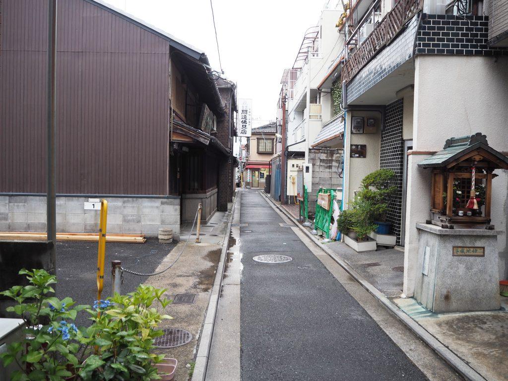 狭い路地を歩いていきます。