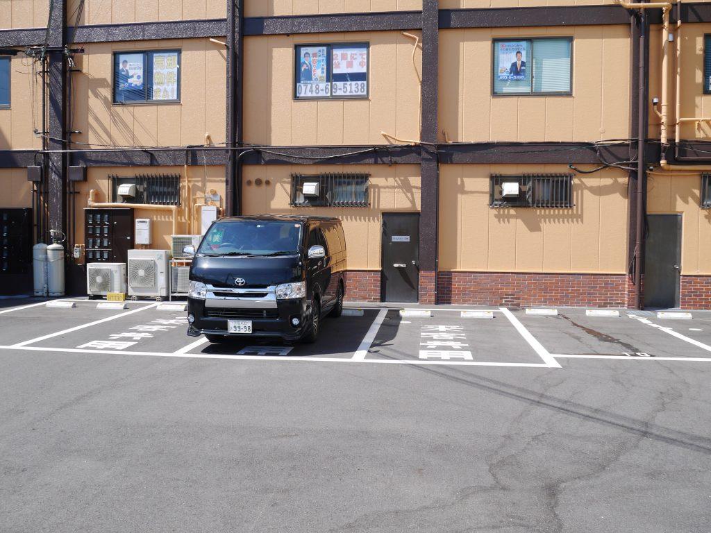 今プラスの駐車場