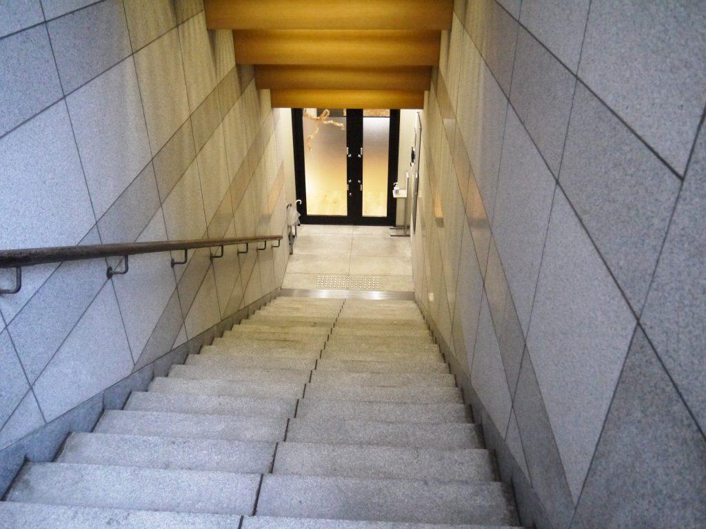 「BIZcomfort大阪 江戸堀」への地下への階段を降りる