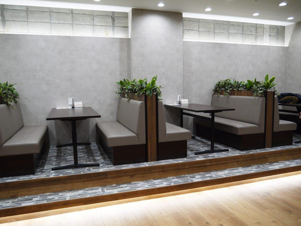 来客対応や打合せに使えるソファ席のオープンスペース