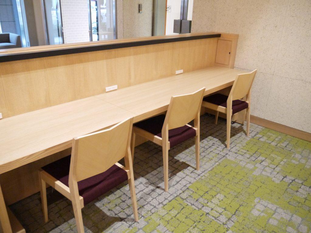 広いテーブル席